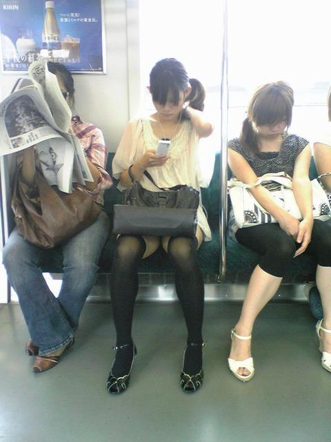 残業して帰宅中の素人OLさんは電車内パンチラ盗撮エロ画像30枚・8枚目の画像