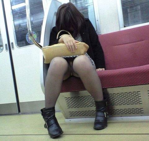 残業して帰宅中の素人OLさんは電車内パンチラ盗撮エロ画像30枚・13枚目の画像