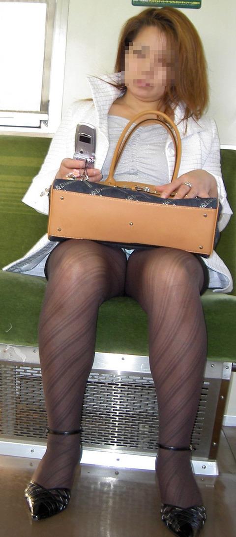 残業して帰宅中の素人OLさんは電車内パンチラ盗撮エロ画像30枚・25枚目の画像