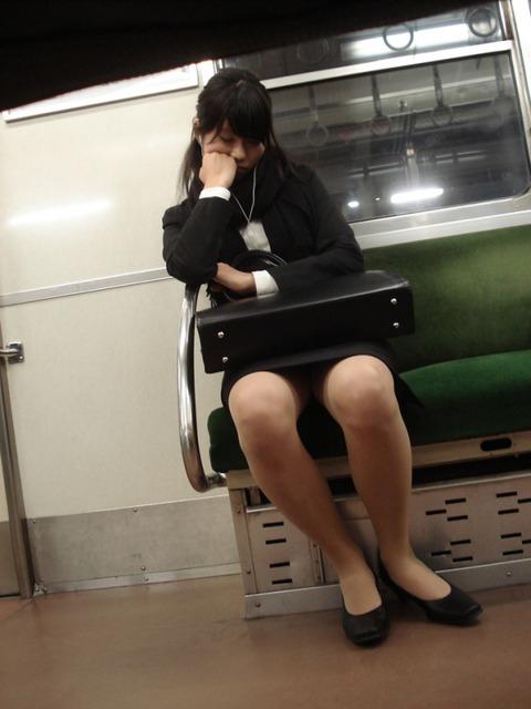残業して帰宅中の素人OLさんは電車内パンチラ盗撮エロ画像30枚・11枚目の画像