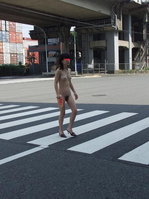 街に溶け込みながら露出を繰り返すベテラン露出狂の素人さんwwwwwwww(画像あり)・32枚目の画像