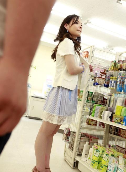 【個人撮影】都市伝説かと思ってたけどコンビニで露出して店員とハメる痴女妻がいたとはwwwwwハメ撮りエロ画像★・10枚目の画像