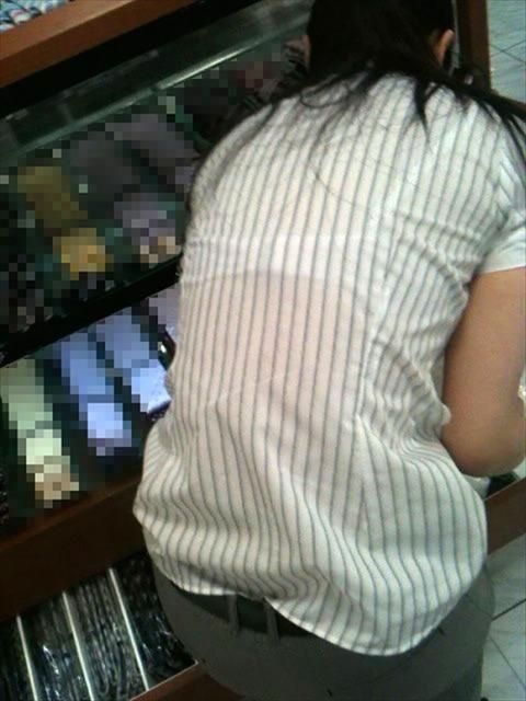 透けブラ・透けパン姿をした素人娘の盗撮エロ画像33枚・19枚目の画像