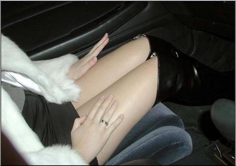 車内パンチラ不可避のミニスカ女の盗撮エロ画像30枚・6枚目の画像