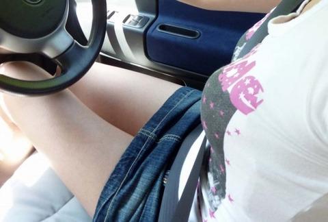 車内パンチラ不可避のミニスカ女の盗撮エロ画像30枚・1枚目の画像