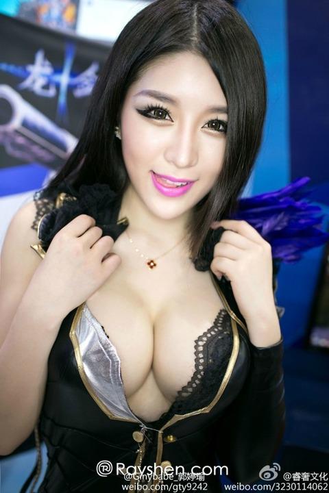 【フルボッキ不可避】台湾美女の巨乳谷間の強調率が異常wwwwwwwwwwww(画像あり)・1枚目の画像