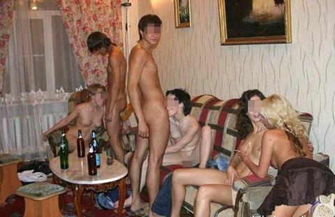 海外パリピの乱交ホームパーティーのエロ画像30枚・21枚目の画像