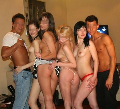 海外パリピの乱交ホームパーティーのエロ画像30枚・10枚目の画像