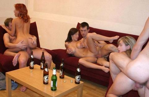 海外パリピの乱交ホームパーティーのエロ画像30枚・9枚目の画像