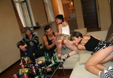 海外パリピの乱交ホームパーティーのエロ画像30枚・5枚目の画像