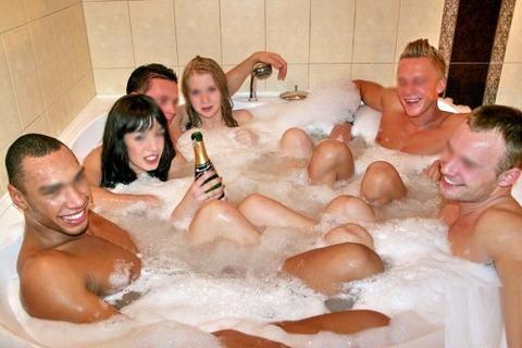 海外パリピの乱交ホームパーティーのエロ画像30枚・1枚目の画像