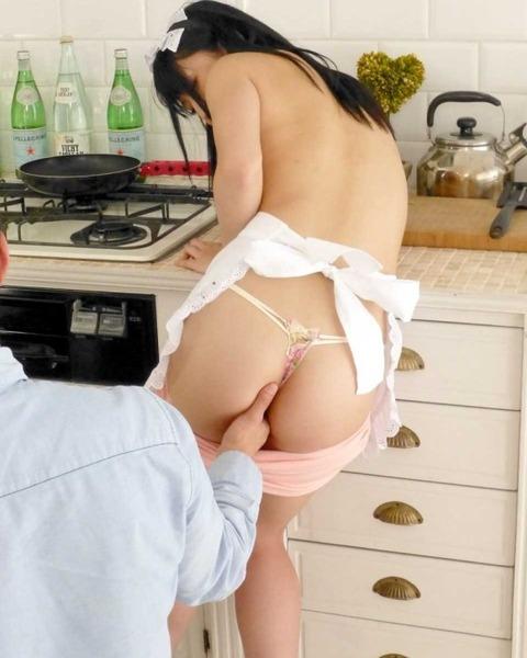 不倫の定番「台所セックス」のエロ画像33枚・5枚目の画像
