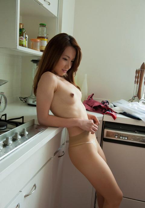 不倫の定番「台所セックス」のエロ画像33枚・7枚目の画像