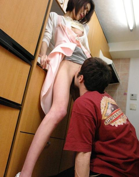 不倫の定番「台所セックス」のエロ画像33枚・25枚目の画像